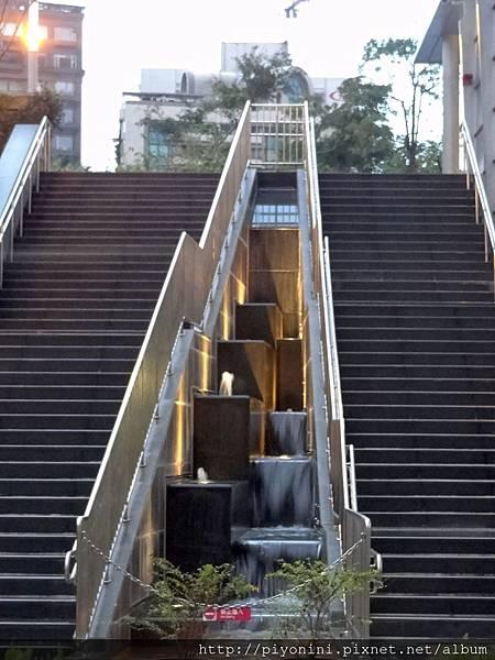 出口2樓梯@大安森林捷運站