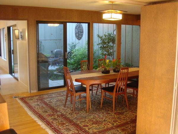 Dining room和廚房外面的花園.JPG