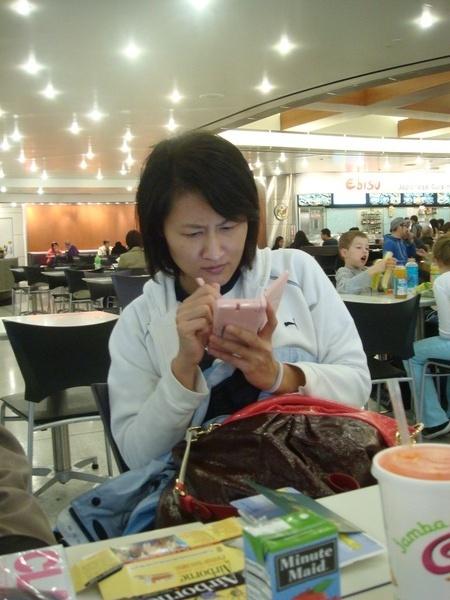 妹沉迷於她的Christmas Gift Nintendo DS.JPG
