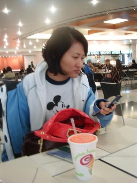 妹續讀手機.JPG