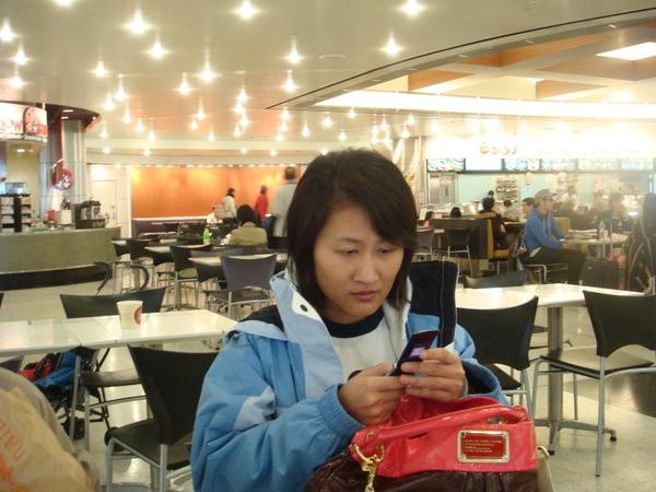 妹讀手機.JPG