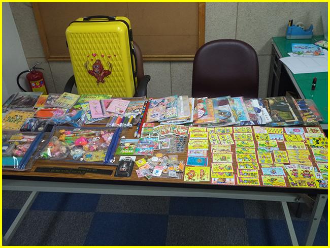 2014年歡樂漫畫營胖哥慣例帶來了一行裡箱的獎勵品…