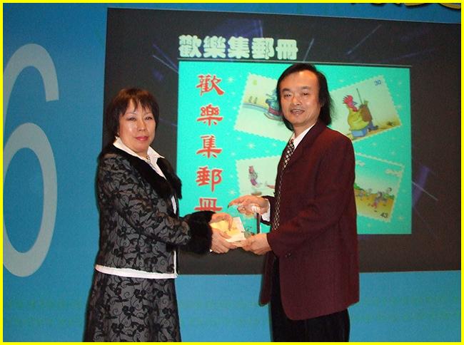 3-國教會李理事長美娜頒「最佳單幅漫畫獎」給胖哥.jpg