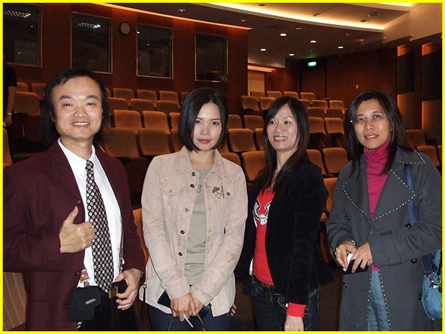 11-會後胖哥歡喜與美女漫畫家(左2為「最佳兒童漫畫獎」得主劉素珍,左3為50cc)合影.jpg