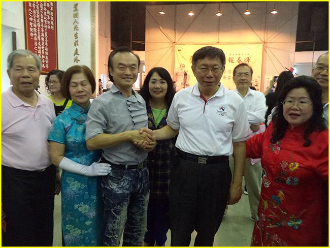 張理事長(右1)向柯市長介紹胖哥時-柯市長粉自然的和胖哥握手~.jpg