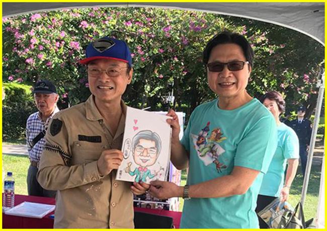 1-胖哥親贈葉俊榮部長漫像後歡喜合影。.jpg