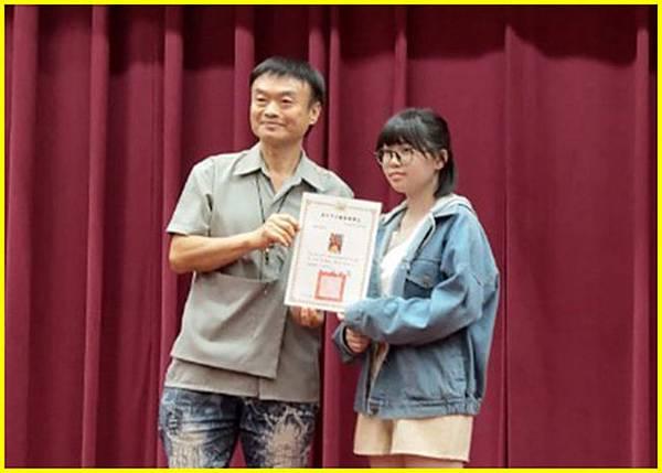 3-胖哥頒獎高中組第1名得獎人後合影~.jpg