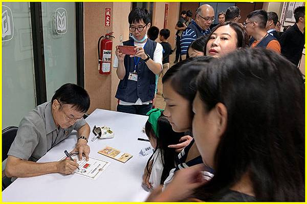 8-漫畫家簽名會-開麥拉-胖哥簽名中-1~.jpg