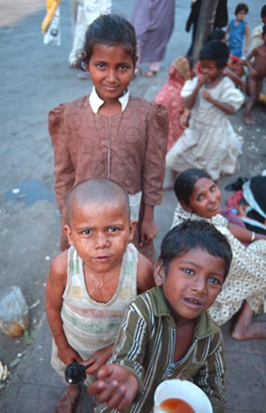 孟買街頭快樂的孩子們.jpg