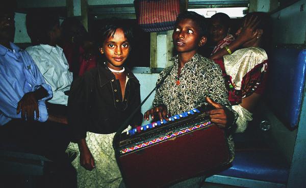 孟買火車上賣藝的可愛小兄妹.jpg