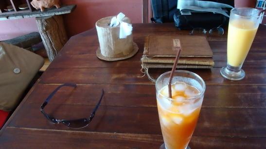 飲料來了,完全不加人工甘味也不加糖的檸檬紅茶,健康哦