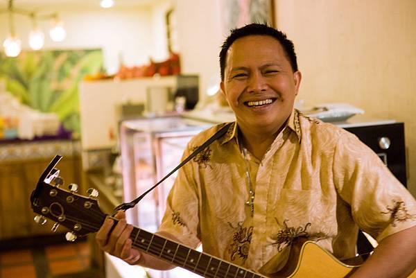 帶給旅客歡樂歌聲的吉他手