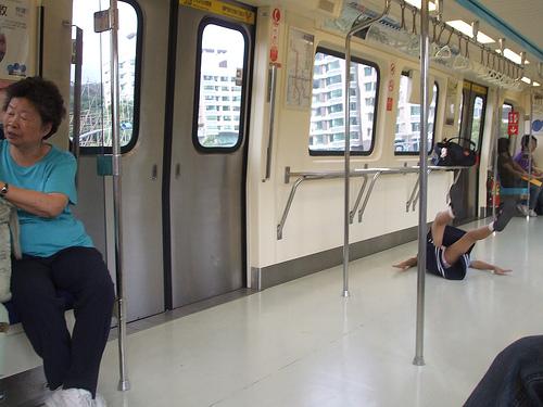 台北捷運上ㄉ女學生(真糗 )