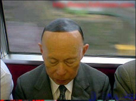 阿伯!你ㄉ頭髮居然用畫的。。@_@