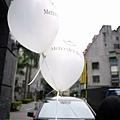 台北當代藝術館前拿的賓士氣球, 是寄養孩童活動的贊助商吧!?