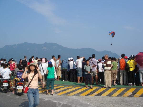 第二天殺到台東 一群等待飛行傘和看熱鬧的人