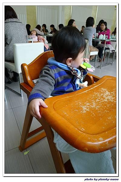 第一次坐外面的餐椅 (8)