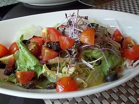 五彩繽紛田園蔬菜沙拉佐義式香料油醋醬