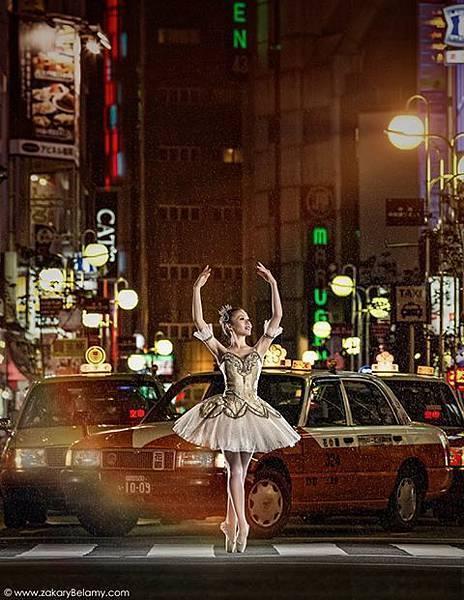 數位科技時代,講究效率卻更忙(盲)亂於頻繁溝通的風潮下,人文與文化價值所剩為何?在雨中的日本福崗街頭,更顯得稀少、還只是種後全球化的「搜尋離散」的情結?題為 Falling from Grace 的藝術攝影作品,作者是目前定居台北、發展亞洲藝術攝影市場的世界頂尖、法國人藝術攝影家北樂米(Zakary Belamy),芭蕾舞者為 Chihiro。(Zakary BELAMY提供)【相關報導請見J-2及J-4版】