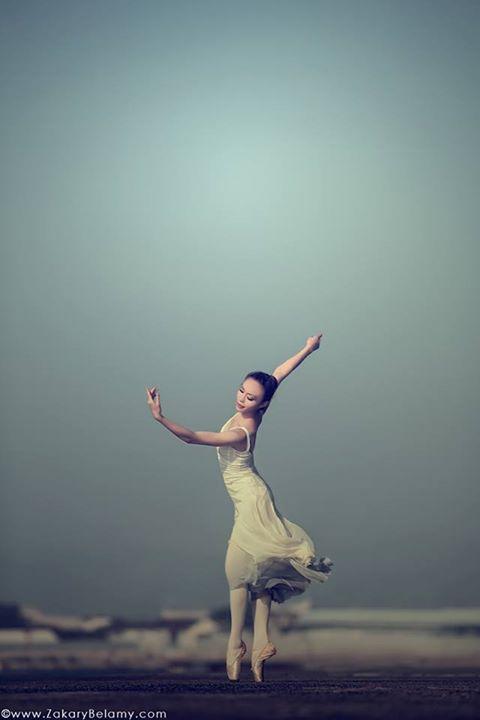 天幕之前,風中之舞。日本舞蹈家與法國攝影家的藝術意識流動著、交織著、悸動著,那瞬息萬變之美,筆墨怎能形容? (本攝影由Zakary BELAMY 創作與提供,日本舞蹈家為Chihiro)