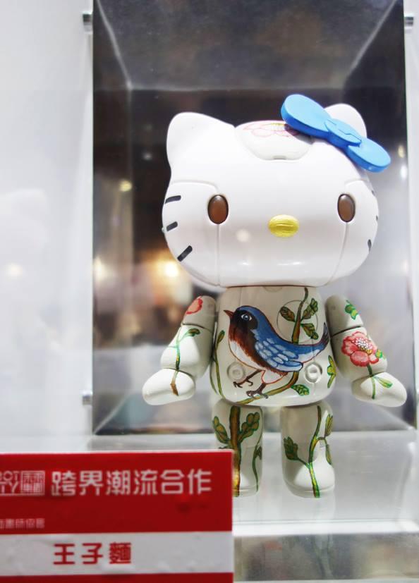 正在台北松菸文創園區參加ROBOT KITTY聯展的王子麵的跨界創作