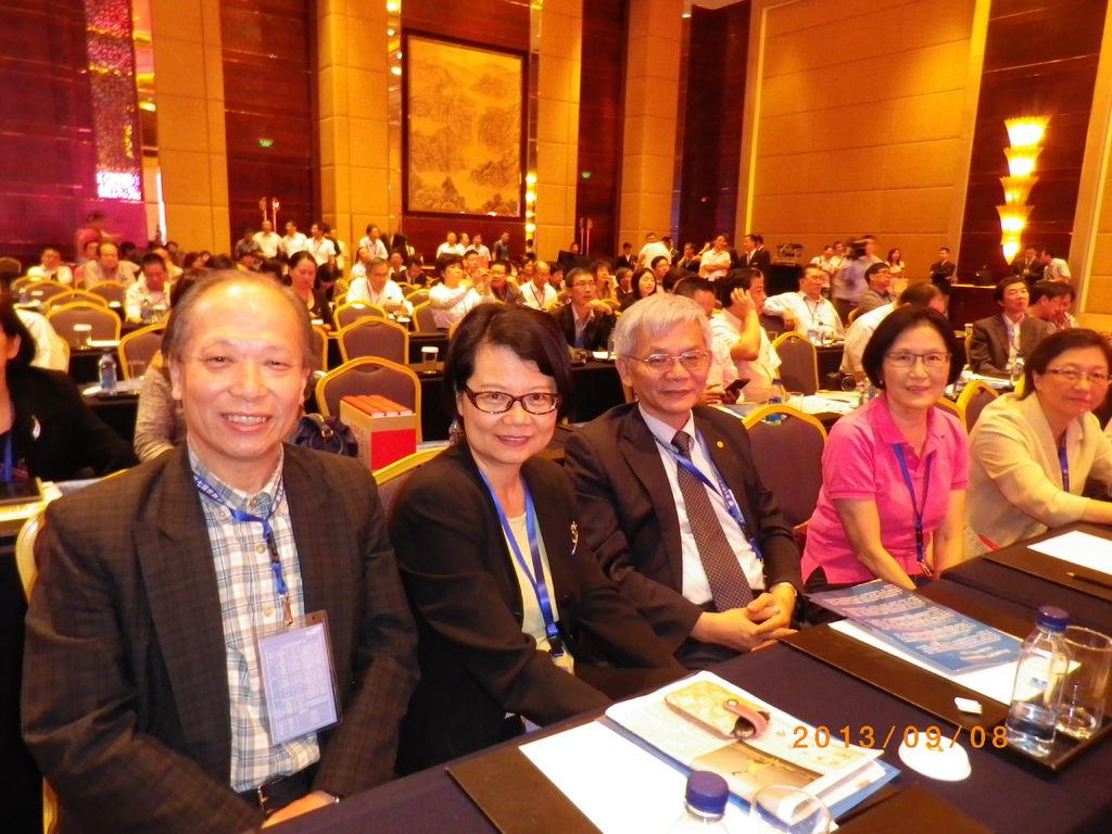 《多汁報》社長尚潔梅與台灣《中國時報》等媒體同業合影於華文傳媒論壇中。