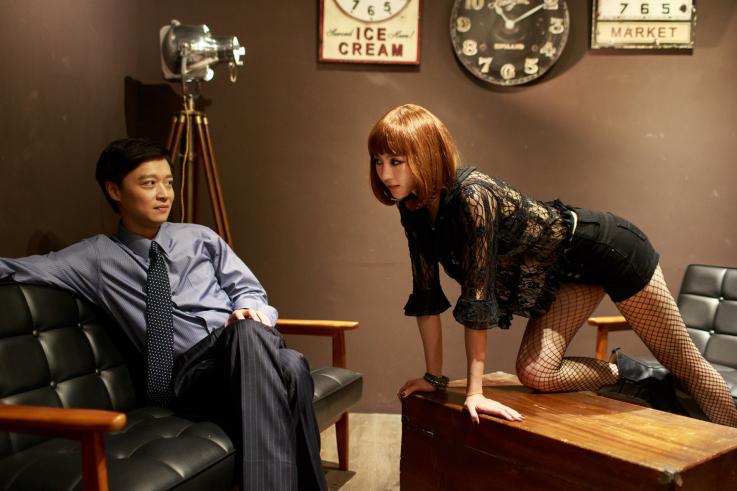 綠光劇團《情迷CLOSER》中的張鈞甯(右),力求突破氣質明星的刻板印象 (翻拍自網路)