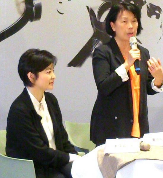 文化部長龍應台(右)與電影明星林青霞,於同10月24日參加一場由文化部主辦的「搶救台灣老電影」行前記者會。