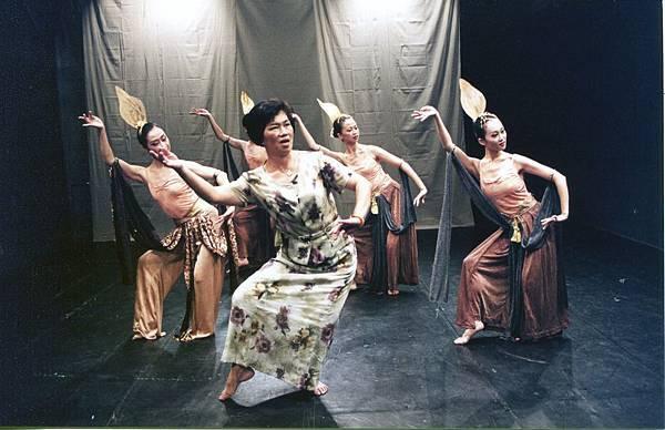 蔡麗華編舞的台北民族舞團2000年舊作《異色蓮想-菩提》