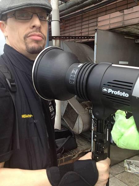 世界頂尖的法國攝影師Zakary Belamy (北樂米) 正使用超級專業級Profoto 燈光器材進行拍攝。北樂米與好時光文創有一個跨國創作與出版的計劃運作中,包括曾經於《多汁報》報導發表過的作品 (見圖,表演者 Cleopatra LIN,www.ZakaryBelamy.com 提供)