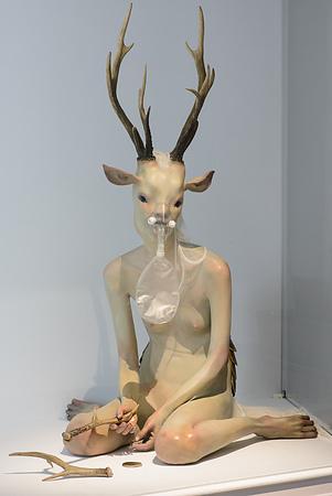 黃贊倫的《廢棄物 》以擬人化的臉孔結合機器人形體