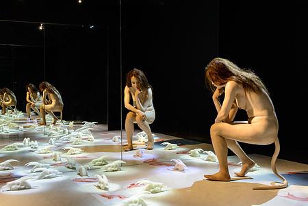 劉世芬的《穆勒氏花園─羊走迷》作品是等身的塑像