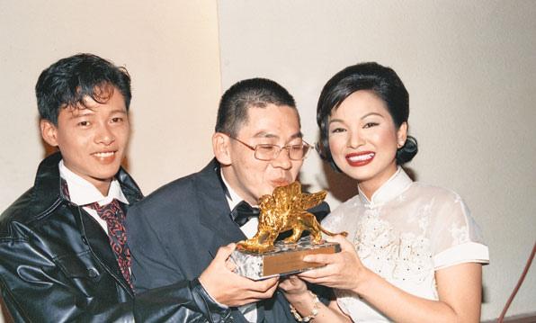 1994年蔡明亮導演(中)以《愛情萬歲》榮獲威尼斯影展最佳影片,左右分別為該片男女主角--李康生與楊貴媚 (擷自網路)