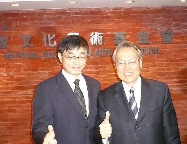 國藝會第七屆董事長施振榮先生(圖右)與執行長陳錦誠先生--多汁報攝影組