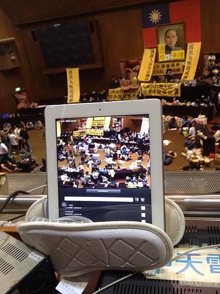 當學生初闖入立法院時,現場的實況便是靠一台用拖鞋架著的平板電腦連線轉播(圖 臉書用戶 Diung Libiu 提供)