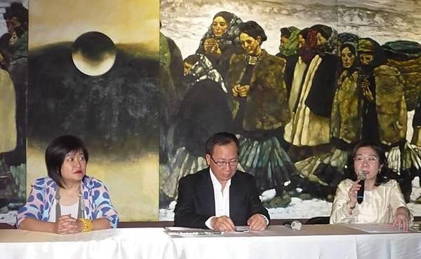 「收藏有藝事」展覽記者會:左起策展人謝素貞博士,收藏家林明哲,主持人陳筱君。背景為程「叢林油畫 」