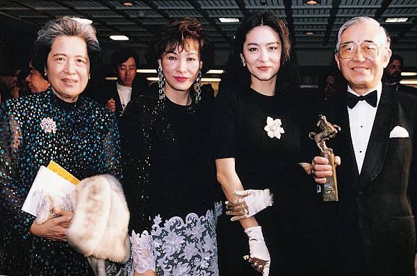 左起沙榮峰夫人曹雪娥女士、徐楓、林青霞、沙榮峰