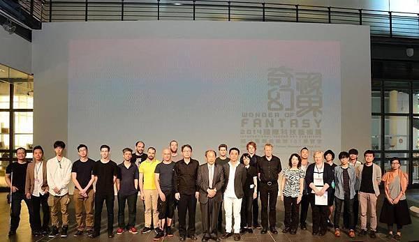 「奇幻視界」科技藝術展覽於台中市國立台灣美術館揭幕,策展團隊及來自各國的參展藝術家於開幕會後合影。