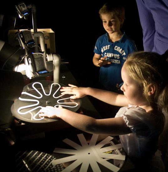 葉永楠《圖形話語》是件視覺元素轉換為聲音的裝置作品。每個原型在轉盤的混音中,皆有其和諧的音譜。在暗室情境藉由播放類比電視圖像的現場錄像,透過使用感測器,將電磁波的傳送轉換成聲音;觀者可聽到其所看見的。