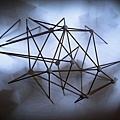 城市屏幕《物件五》。以木材為材料,透過3D列印將虛擬草案轉化為一個實體狀態。由此產生的實體物件便構成此作真實面向,投射的光線則為虛擬面向。透過物件陰影與虛擬陰影的融合,巧妙地顛覆光影邏輯反應,又妙趣橫生。
