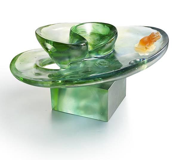 《共鳴(青蛙)》,標榜琉璃色彩與線條在流暢造型中流動,透過高難度曲度拋光所產生的清澈穿透感,層疊出生命深度,形成創作者、觀賞者、作品三者的「共生」。