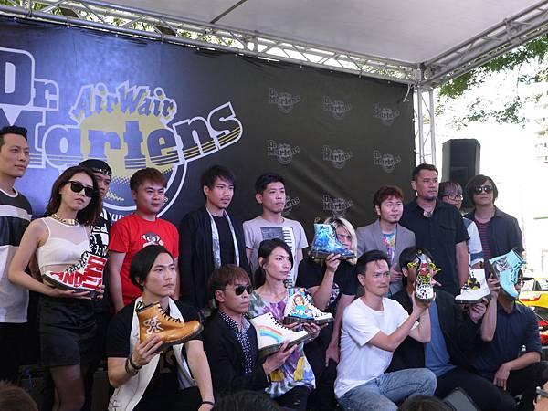 馬汀大夫鞋(Dr. Martens)正式進駐台北西門町。開幕當天邀請搖滾樂團以音樂表演及設計創意助陣,品牌形象及行銷手法非常成功 (攝影:林雨青)