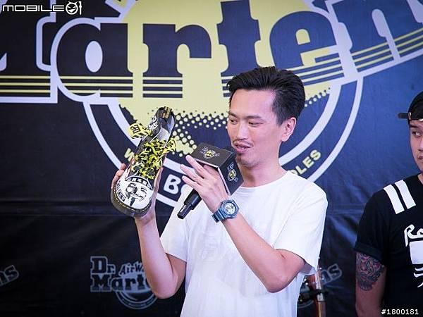 常在台灣街頭演唱的拷秋勤樂團主場展示一隻充滿自由叛逆與抗議味道的馬汀鞋