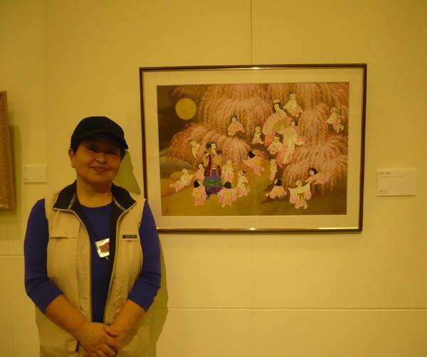 參展藝術家伊藤久美在作品前留影 (攝影組)