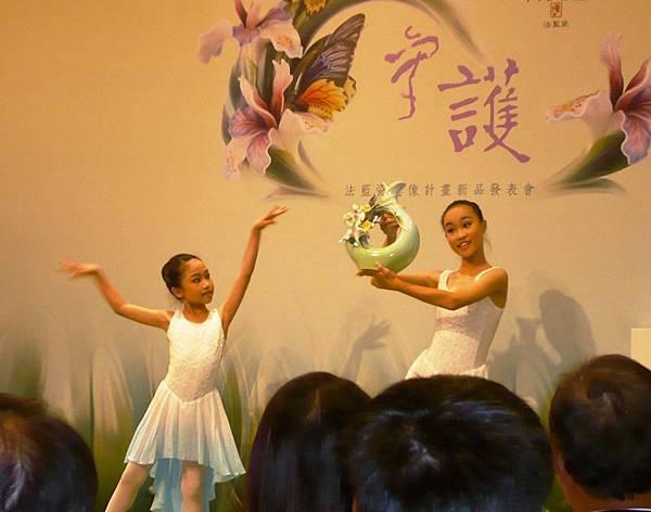打扮成蝴蝶仙子的小小舞者翩翩起舞,天真可愛的模樣,與瓷品間的活潑互動--多汁報攝影組