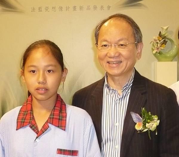 法藍瓷陳立恆總裁(右)與菁寮國小學生合影--多汁報攝影組