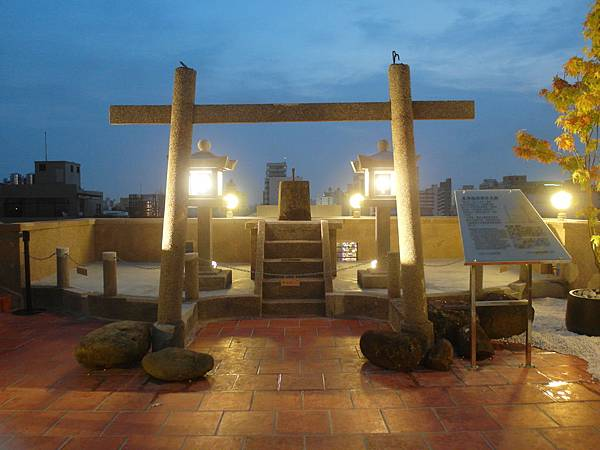 林百貨屋頂上的日治時代「稻荷神社」史跡(攝影 周雅瑩)