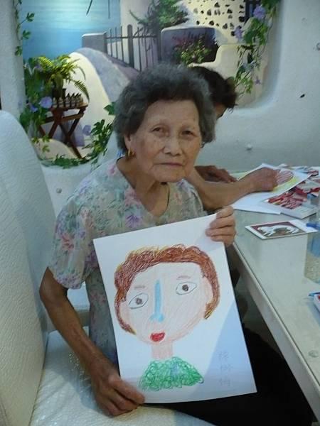 參加文創社區總體營造活動的陳樹梅阿嬤表示畫畫讓人變得年輕快樂 (攝影組)