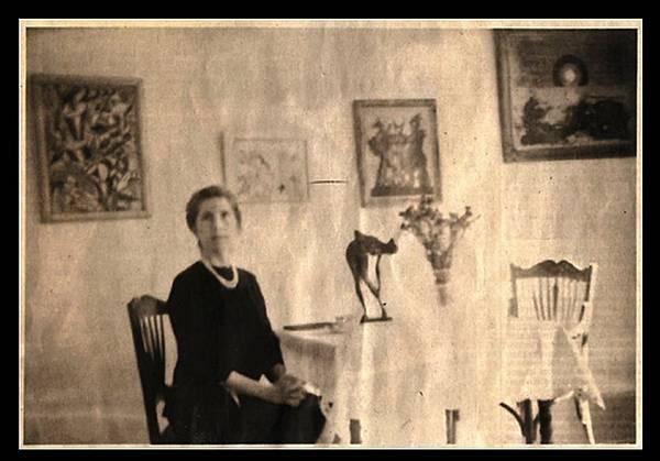 《蘇富比偽畫大師》為將偽畫高價售出,甚至讓老婆扮成古代女貴族與偽畫合照