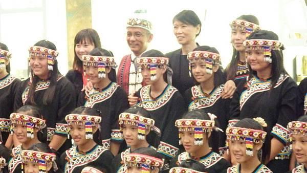 馬英九總統夫人周美青(後排右二)擔任榮譽團長、與她所帶領的台灣原聲合唱團於日本東京國立博物館內的台灣國立故宮博物院「神品至寶」展現場合影 (攝影組)